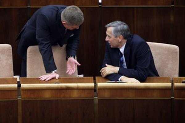 Robert Fico a Ján Figeľ v parlamente.