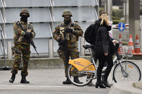 Hliadkujúci vojaci v Bruseli.