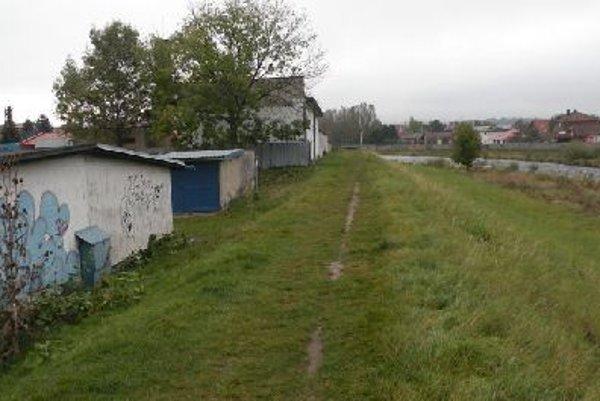 Trasa budúceho cyklochodníka. Od palúčanského mosta by mala trasa pokračovať po hrádzi popri Váhu.
