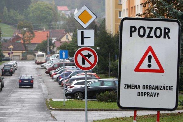 Zmena organizácie dopravy v Podlaviciach obyvateľov nahnevala.