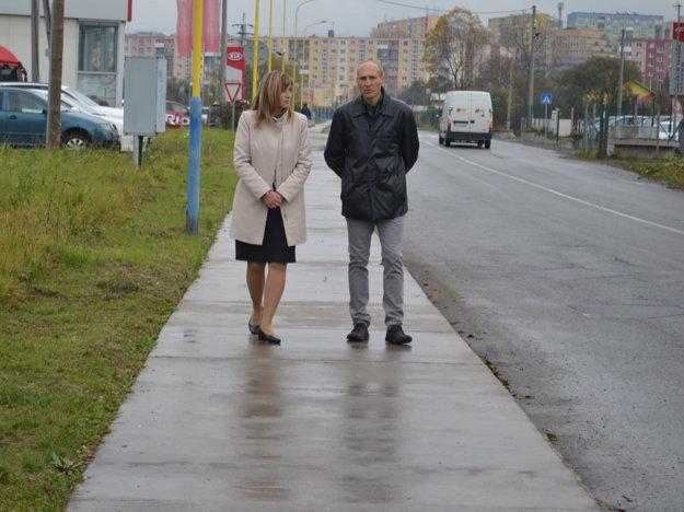 Prechádzka po chodníku. Primátorka s riaditeľom charity.