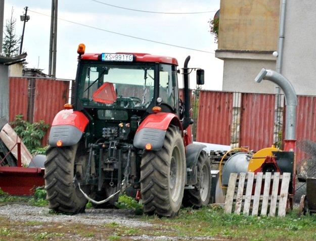 Traktor si ľudia pochvaľujú. Vraj bol predražený o 250%.