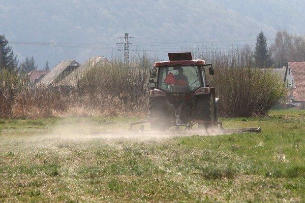 Za traktormi sa práši.