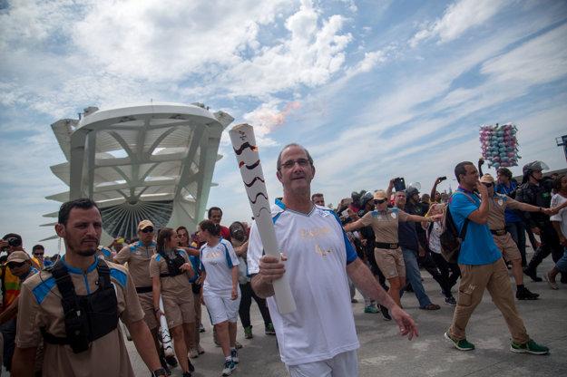 Marcelo Szpilman niesol v rámci propagácie AquaRia ako jeden z členov štafety olympijský oheň pred otvorním paralympiády v Rio de Janeiro.