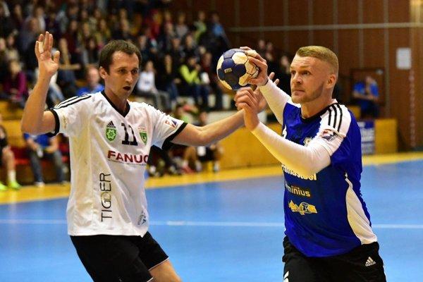 Vladimír Guzy (vpravo) bol s 10 gólmi najlepším strelcom zápasu.