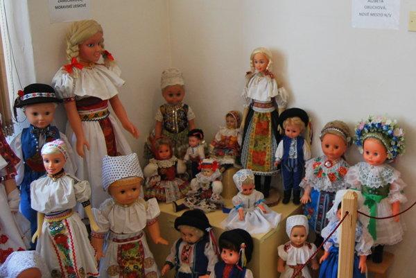 Novomestské múzeum obsadili bábiky v krojoch.
