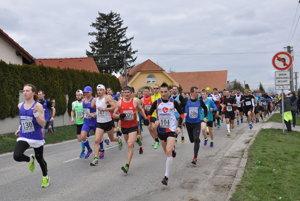 V rekordnom poli Majcichovskej desiatky 2016, vyše 400-člennom, bol najrýchlejší Alexander Jablokov (behame.sk). Popredného bratislavského atléta vidno na snímke prvého zľava (št. č. 130).