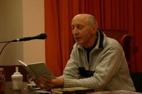 Anton Lauček na besedách číta zo svojich kníh.