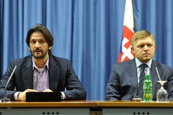 Minister vnútra Robert Kaliňák a predseda vlády Robert Fico po rokovaní Bezpečnostnej rady.