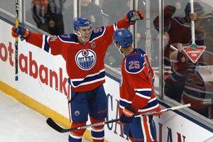 Z gólu sa tešia hráči Edmontonu Oilers Darnell Nurse (vpravo) a kapitán Connor McDavid.