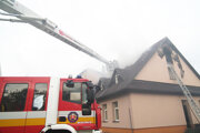 Spod strechy centra stále stúpajú kúdoly štipľavého dymu, oheň sa hasičom podarilo uhasiť.