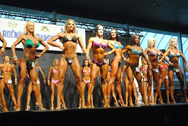 Predviedli sa aj ženy. Súťažiace v kategórii Bikinifitness.