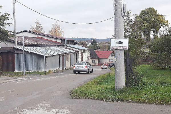 Obec je monitorovaná kamerami.