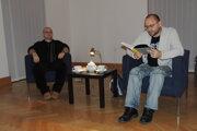 Záber z archívu podujatia - zľava moderátor Dado Nagy, vpravo  zo svojej knihy číta Peter Krištúfek.