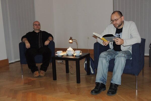 áber z archívu podujatia - zľava moderátor Dado Nagy, vpravo zo svojej knihy číta Peter Krištúfek.