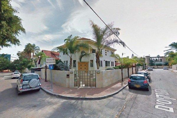 Google Street View zachytil Tibenského izraelský dom aj auto (naľavo).