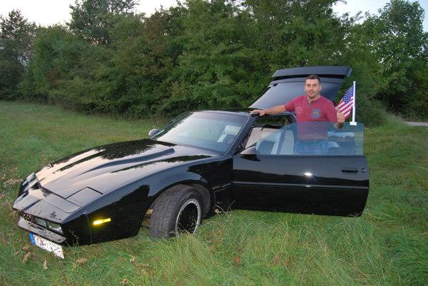 K.I.T.T. Ivan Hostačný so svojim automobilovým miláčikom.