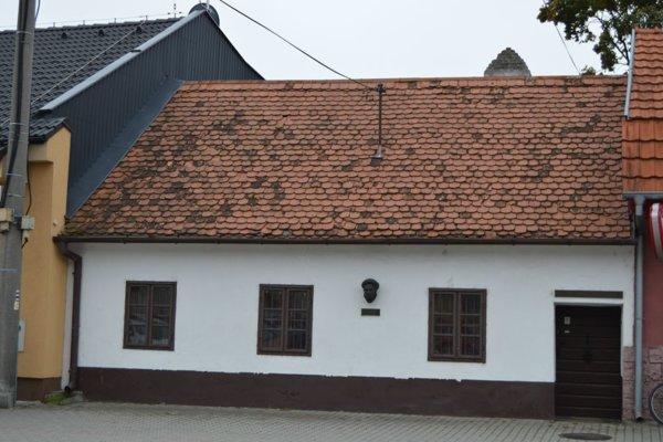 Nenápadný dom v centre mesta je označený bustou J. Kupeckého a pamätnou tabuľkou.
