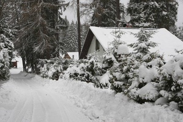 Domy na Donovaloch sú zapadnuté snehom.