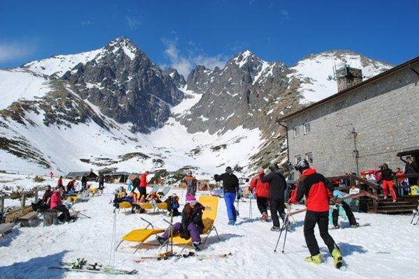 Turistov v Tatrách vystriedajú lyžiari.