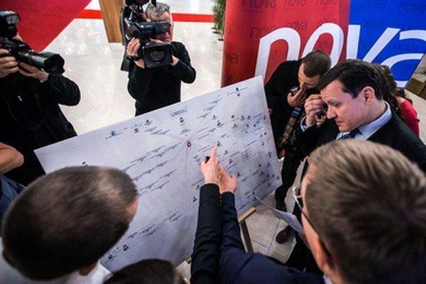 Daniel Lipšic pred schémou, ktorá údajne popisuje toky peňazí pri emisnej kauze.