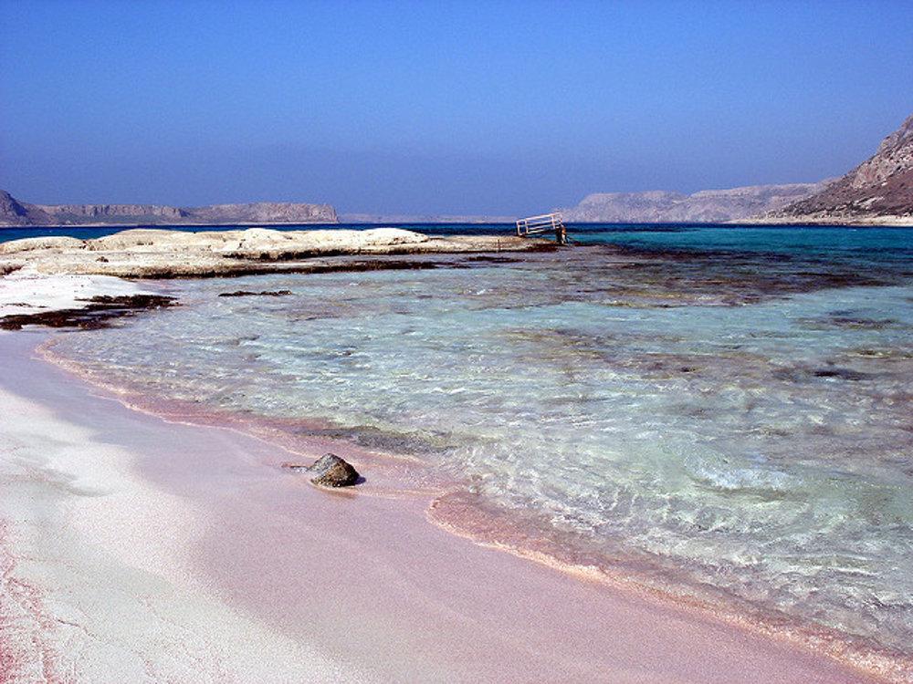 Balos na Kréte. Aj tu má piesok ružovú farbu.