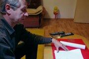 Miestny duchovný Milan Kováč ukazuje projekty nového kostola.