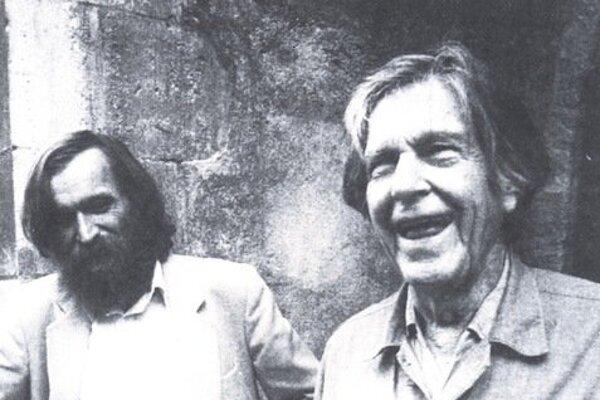 Milan Adamčiak (vľavo) s americkým skladateľom Johnom Cageom v Bratislave.
