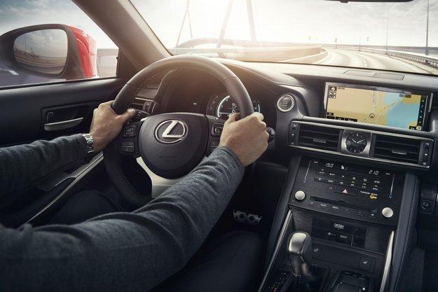 V strede kokpitu sú elegantné ručičkové hodinky. Nový Lexus IS sa dodáva aj vo verzii s hybridným pohonom, tvoreným 2,5-litrovým štvorvalcom výkonu 133 kW a elektromotorom výkonu 105 kW.