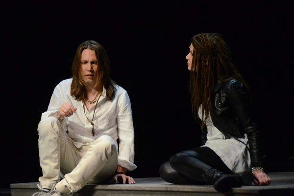 Muzikant v muzikáli. Peter hrá Ježiša v predstavení Jesus Christ Superstar.