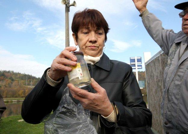 Pani Miklošovičová priniesla na stretnutie aj pohár so zapáchajúcou vodou z vlastnej studne.