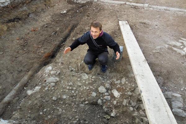 Archeológ Erik Hrnčiarik ukazuje, aká široká bola  stredoveká cesta.