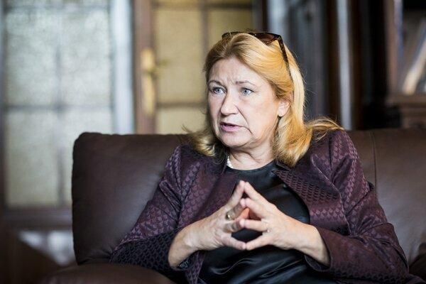 Evu Zamrazilovú vo februári 2008 prezident Václav Klaus vymenoval do Českej národnej banky. Od augusta 2014 sa stala hlavnou ekonómkou Českej bankovej asociácie.