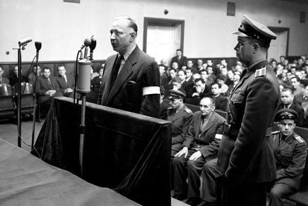 Súdny proces na Slovensku v roku 1958. Kaliského kniha Obžalovaný, vstaňte sa zväčša odohráva v súdnych sieňach.