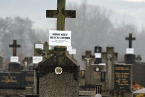 Na cintoríne v Nitrianskom Pravne je niekoľko hrobov, o ktoré sa nikto nestará. Samospráva ich chce zlikvidovať.
