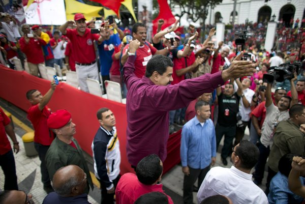 Venezuelský prezident Nicolas Maduro sa víta so svojimi priaznivcami.