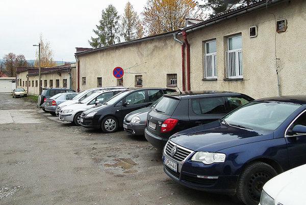 Keď nie je kde, ľudia parkujú aj v zákaze.
