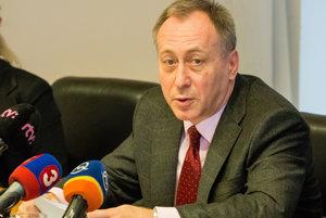 Bývalý šéf štátnej poisťovne Miroslav Vaďura bral za jednu prácu dva platy. Príjmom tromfol premiéra a konkuroval prezidentovi.