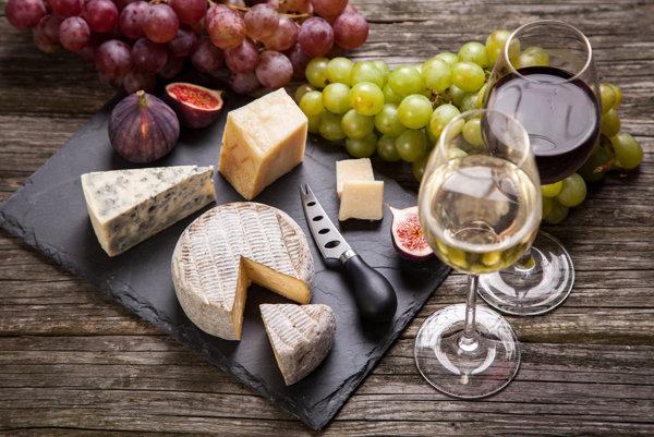 Syr a víno sa k sebe hodia, veda ukazuje prečo.