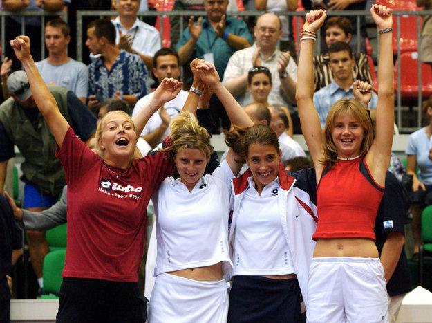 Na snímke (zľava) Henrieta Nagyová, Martina Suchá, Janette Husárová a Daniela Hantuchová po tom, ako vyhrali v roku 2002 Fed Cup.