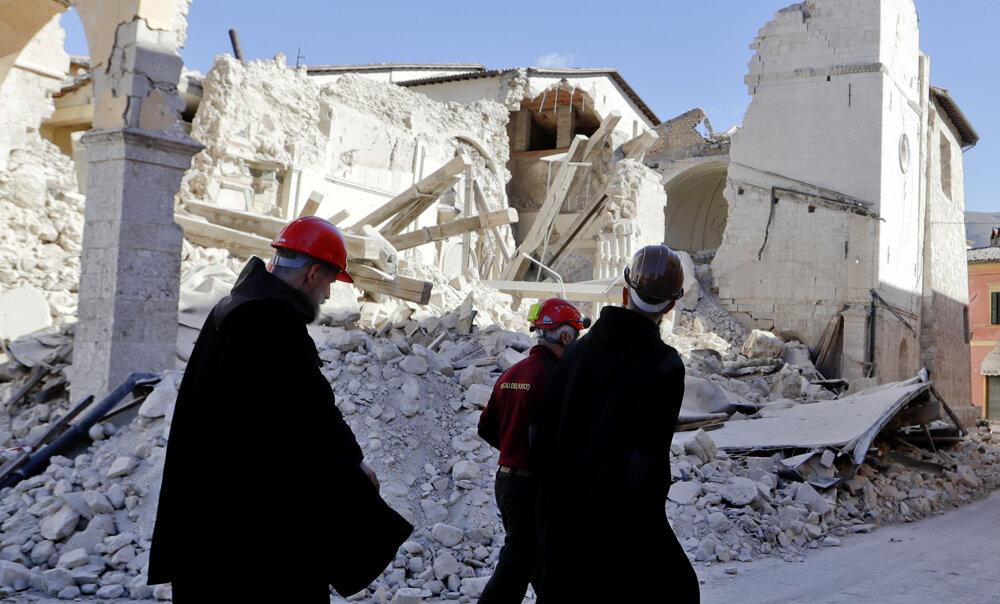 Tretie veľké zemetrasenie za posledné dva mesiace v Taliansku zničilo baziliku svätého Benedikta v meste Norcia.