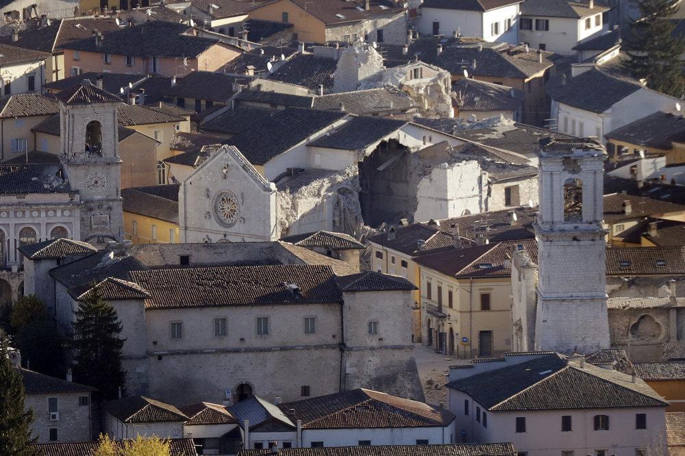Na snímke celkový pohľad na zničenú Katedrálu sv. Benedikta v stredotalianskom historickom meste Norcia po silnom zemetrasení.
