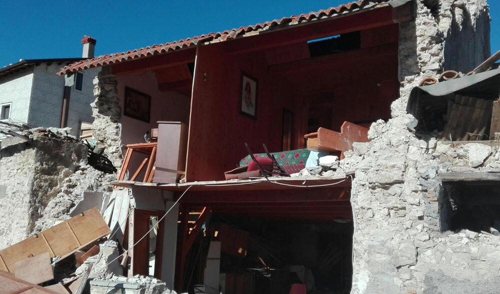 Zrútené domy po silnom zemetrasení.
