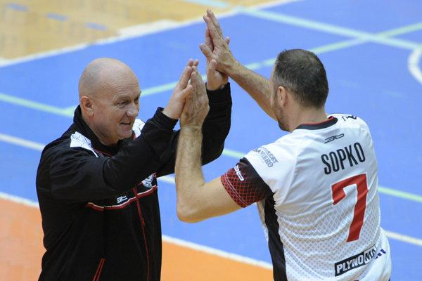 Tréner Vlk a kapitán Sopko.