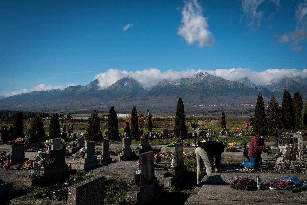 Príprava hrobov na sviatky na cintoríne v Poprade