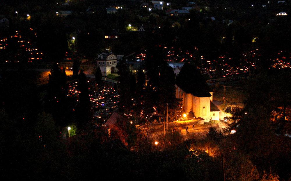 Banská Štiavnica má štrnásť cintorínov, na niektorých sa však už nepochováva. Počas dušičkových sviatkov sa však každý rok rozsvietia.