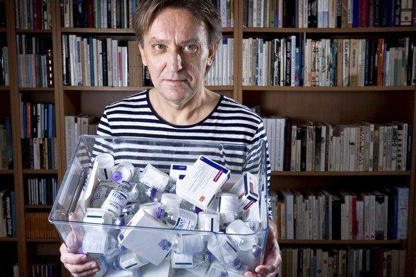 Marián Hatala je básnik a spisovateľ, je ženatý, má dve deti, žije v Bratislave. Jeho básne boli preložené do nemčiny, poľštiny a slovinčiny a publikované časopisecky.