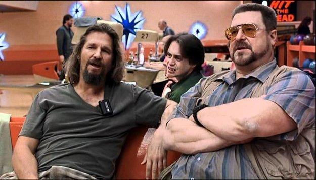 Big Lebowski (Jeff Bridges vľavo) sa s kamarátmi len nerád prizeral, ako hrá  Jesus kolky.