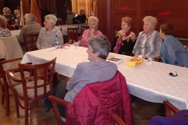 Ružomberskí dôchodcovia na batôžkovom posedení v Kultúrnom dome Andreja Hlinku.