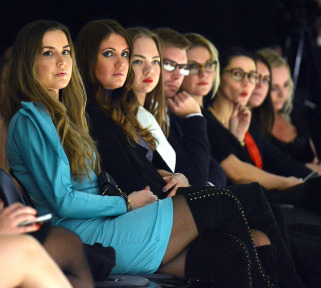 Znalkyne módy. Medzi divákmi boli aj známe fashionistky Natália Selveková a Eva Rezešová Džodlová.